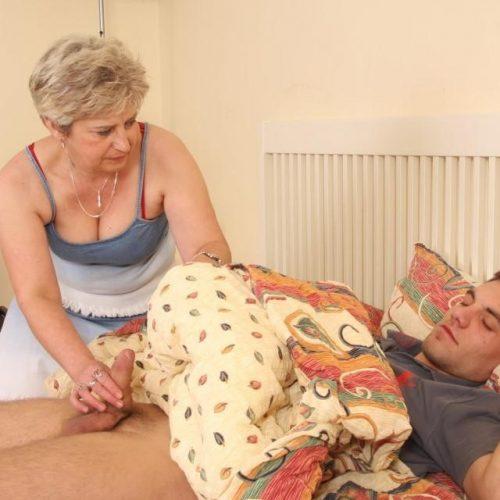 Sex Oma fickt jungen Mann im Schlaf