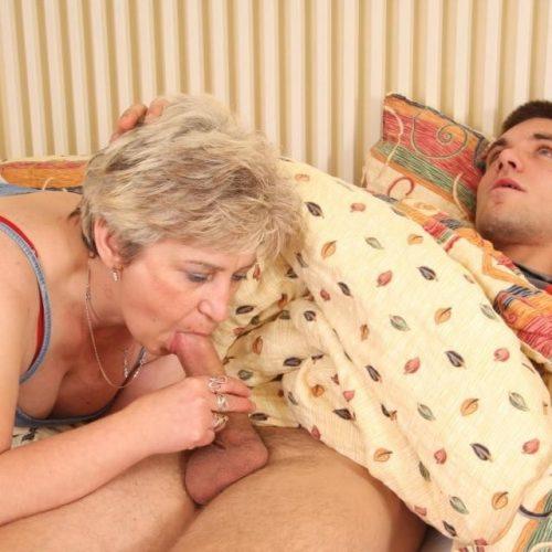 Sex Oma fickt jungen Mann lutscht