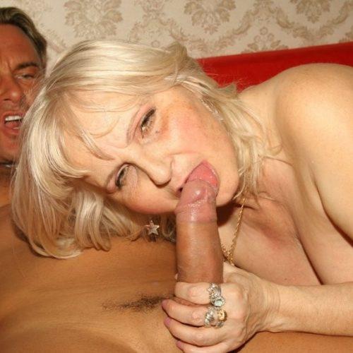 Sex Oma leckt am Schwanz