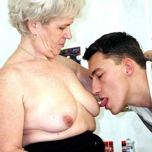 Reife Oma Nippel lecken