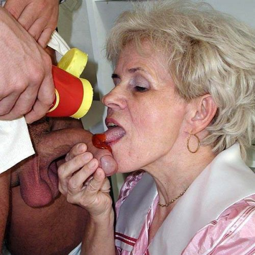 Reife Oma lutscht ketchup
