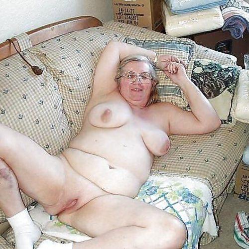 Reife Omas auf dem Sofa