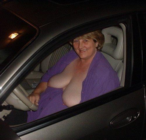 Reife Omas im Auto